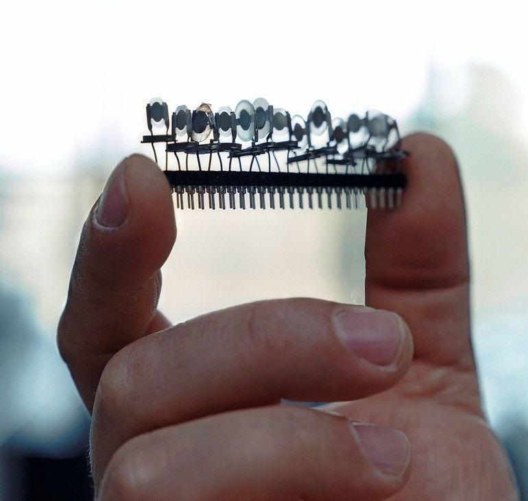 Sensor_einer_elektronischen_Nase__Um_Duftstoffe,_speziell_die_der_Minze,_zuverlässig,_schnell_und_objektiv_zu_unterscheiden,_haben_Forschende_des_Karlsruher_Instituts_für_Technologie_(KIT)_in_einer_interdisziplinären_Zusammenarbeit_eine_elektronische_Nase