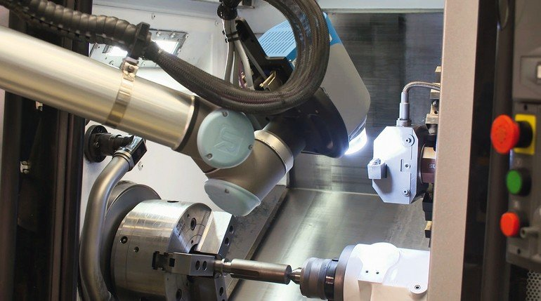 3_Alicona_ElementSix_CompactCobot_measures_insert_in_lathe.jpg