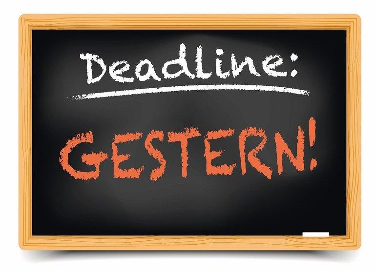 Illustration_einer_Schultafel_mit_Deadline_Gestern_Schrift,_eps10_vektor