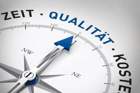 Pfeil_von_einem_Kompass_zeigt_in_Richtung_Qualität
